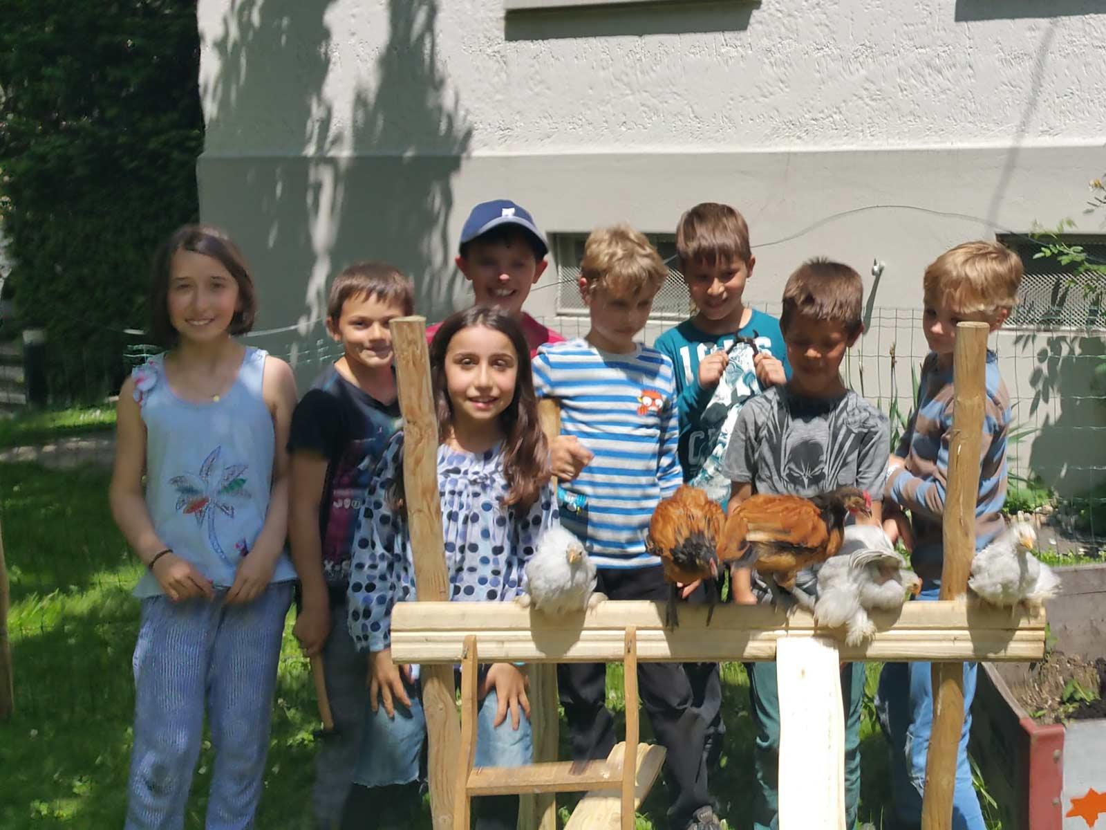 Unsere Unti-Kinder bauen für die Hühner ein Klettergerüst.