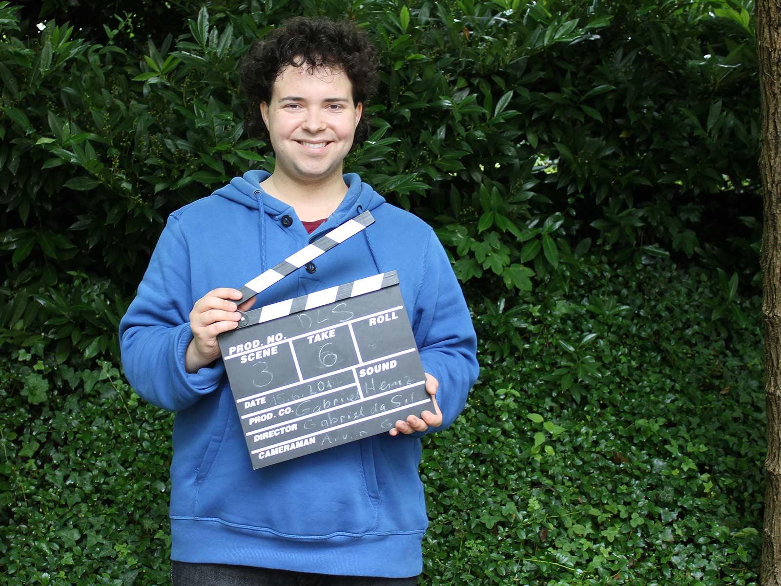 Gabriel Da Silva mit dem für die Filmrolle zugenommenen Gewicht und der Filmklappe für seinen Film «Der lautlose Schrei».