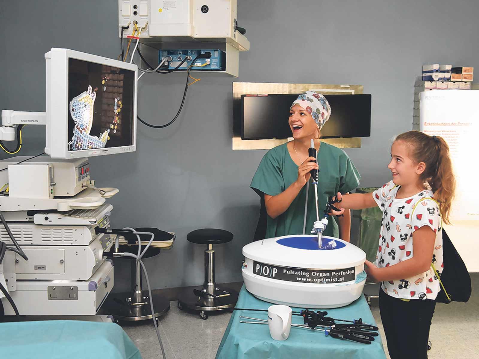 Sich einmal als Bauchchirurgin fühlen: Spass am Pelvitrainer.
