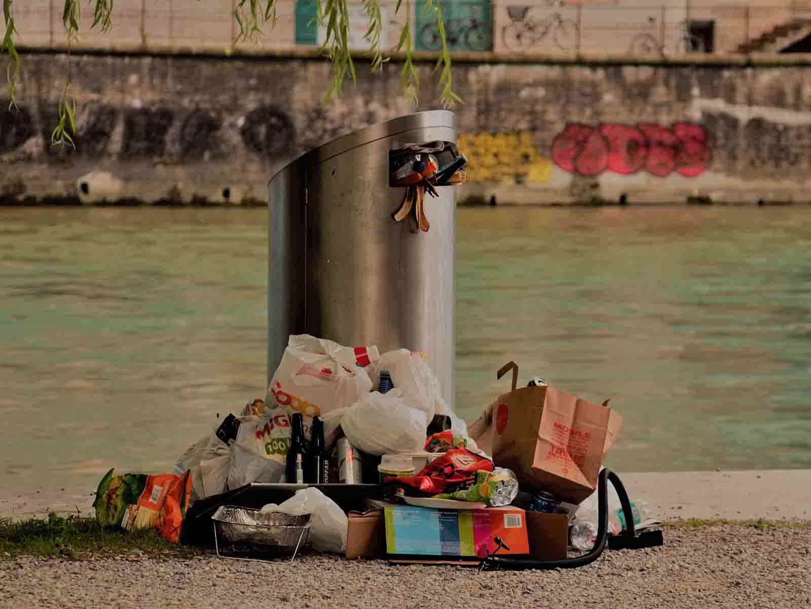 Aufgetürmter Müllberg um einen Abfalleimer beim Wipkingerpark.