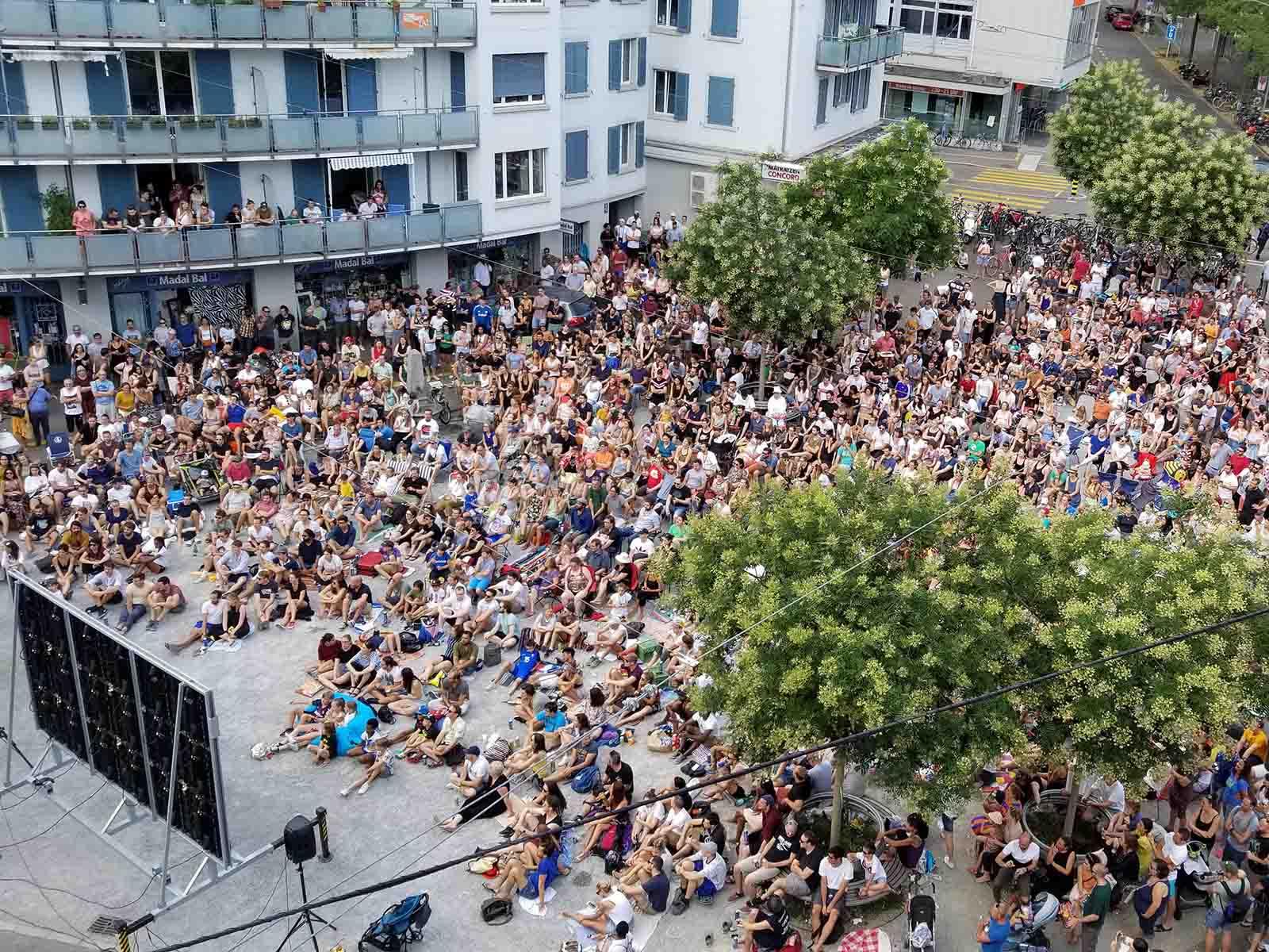 Public Viewing auf dem Röschibachplatz.