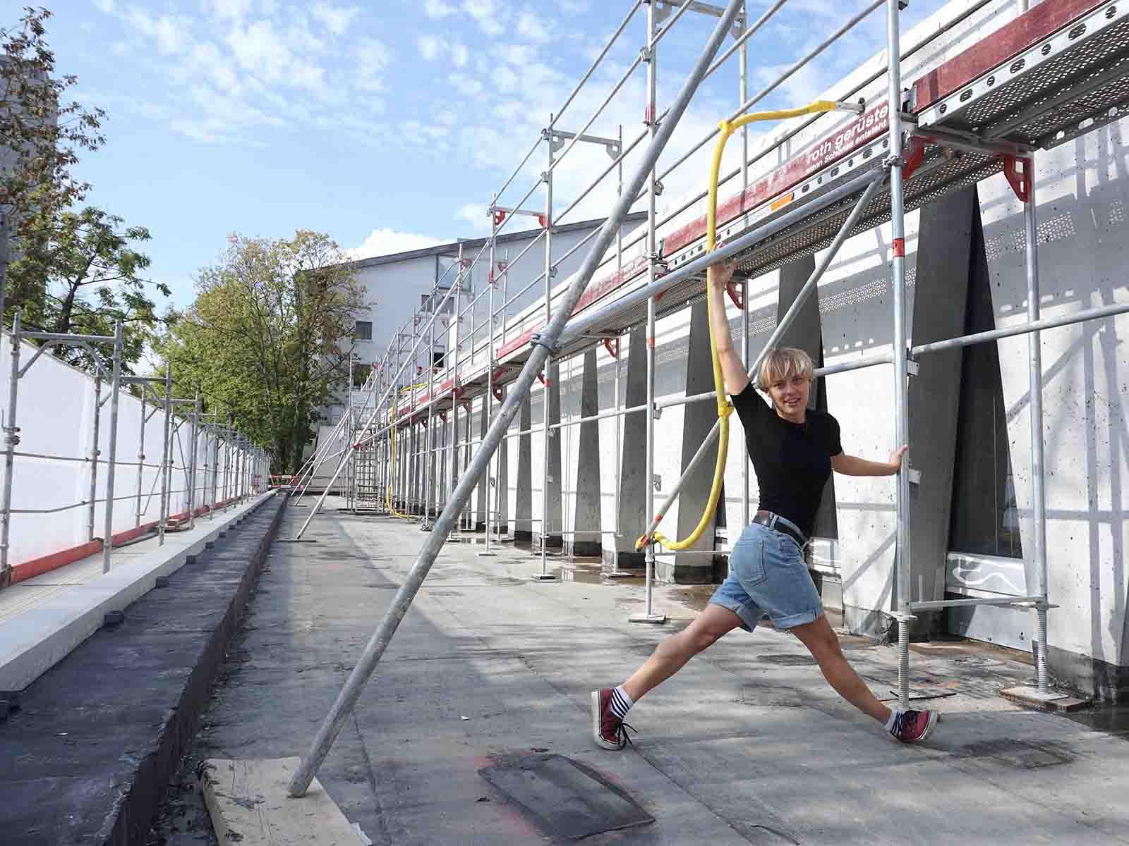 Lucia Gugerli, die Verfasserin des Beitrages, auf der Baustelle des Ersatzneubaus für das Tanzhaus Zürich.