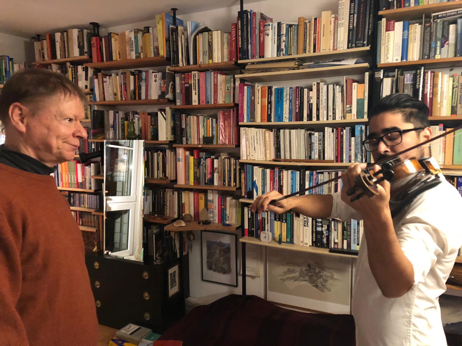 Ueli Bänziger und Latif Sultany beim Geigenunterricht.