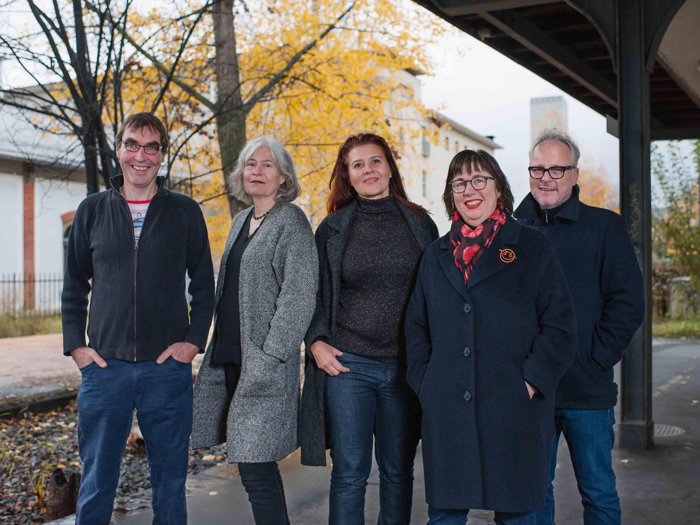 Fünf der neun Kandidierenden der Alternativen Liste (AL) für den Wahlkreis IV (Kreise 6 und 10) wurden beim Bahnhof Letten aufgenommen. Es sind dies von links nach rechts: Patrik Maillard, Regula Bochsler, Andrea Leitner, Judith Stofer (bisher) und Caspar Wellmann.