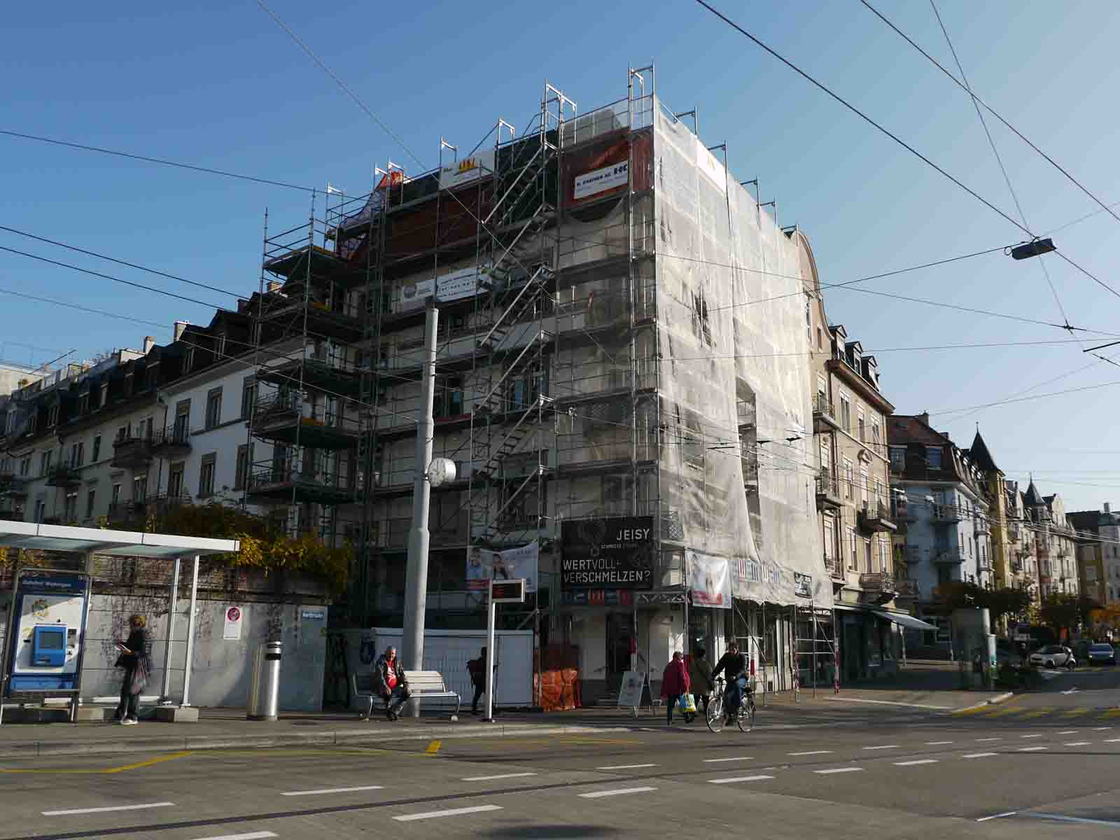 Das Eckhaus Rotbuchstrasse 72, eingerüstet seit April 2017. (Fotos: Fredy Haffner)