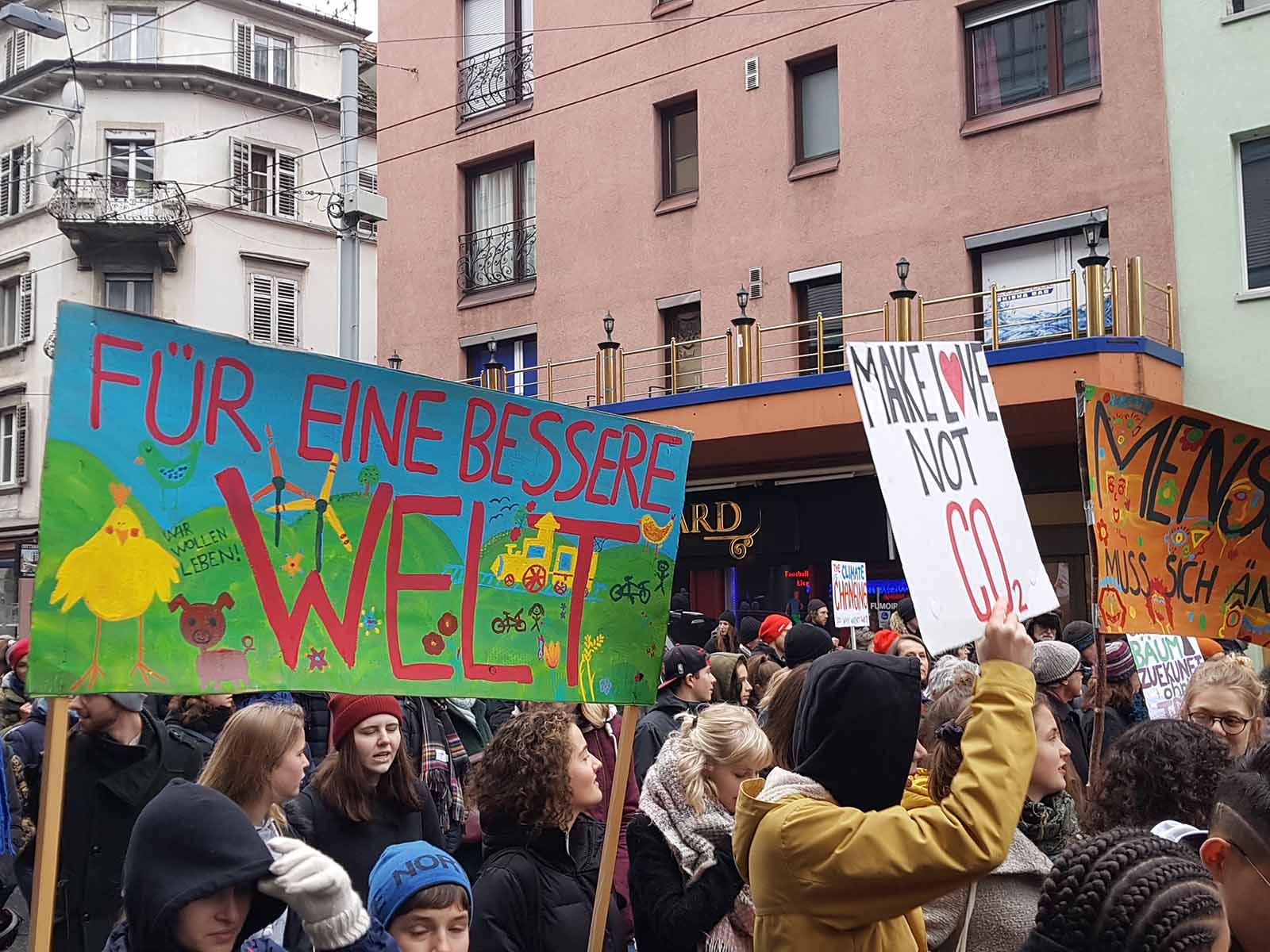 Make Love, not CO2 – Jugendliche machen mit selbstgebastelten Plakaten auf die Klimakrise aufmerksam.