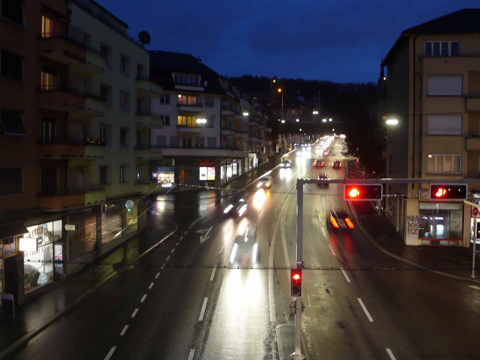 Auch in der Nacht ist die Rosengartenstrasse stark befahren.