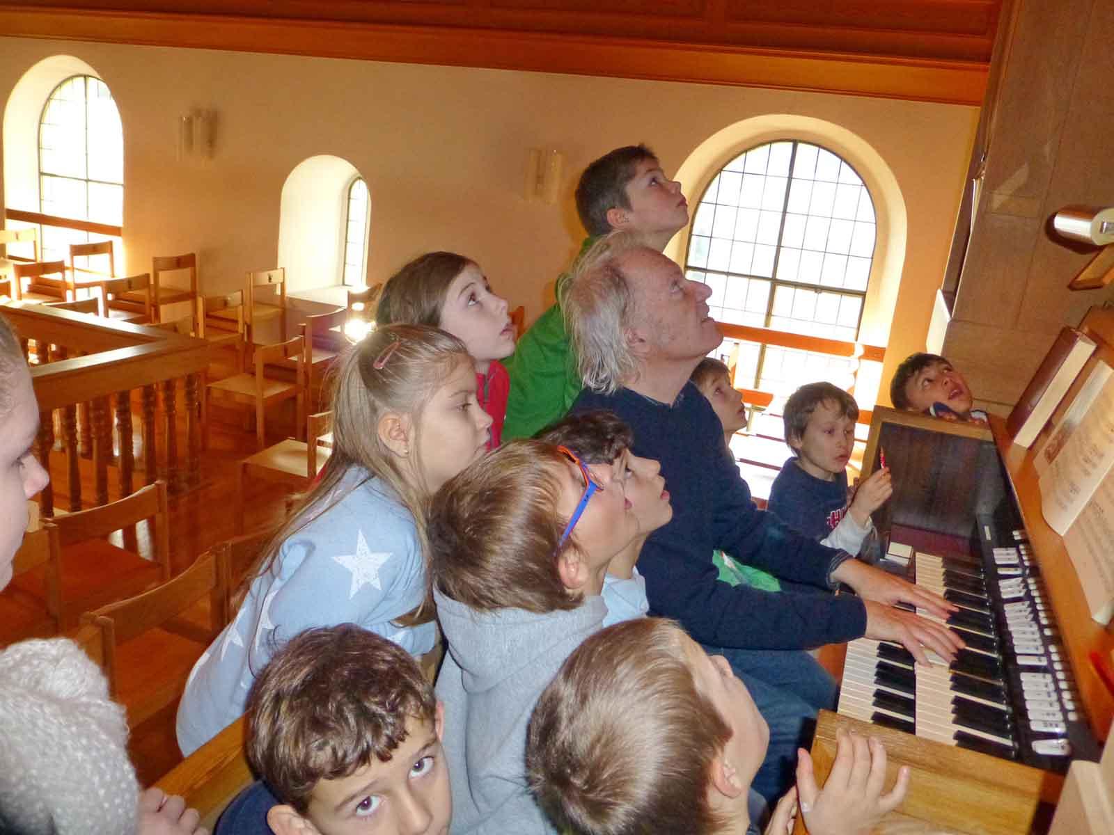 Kinder entdecken die Kirche.