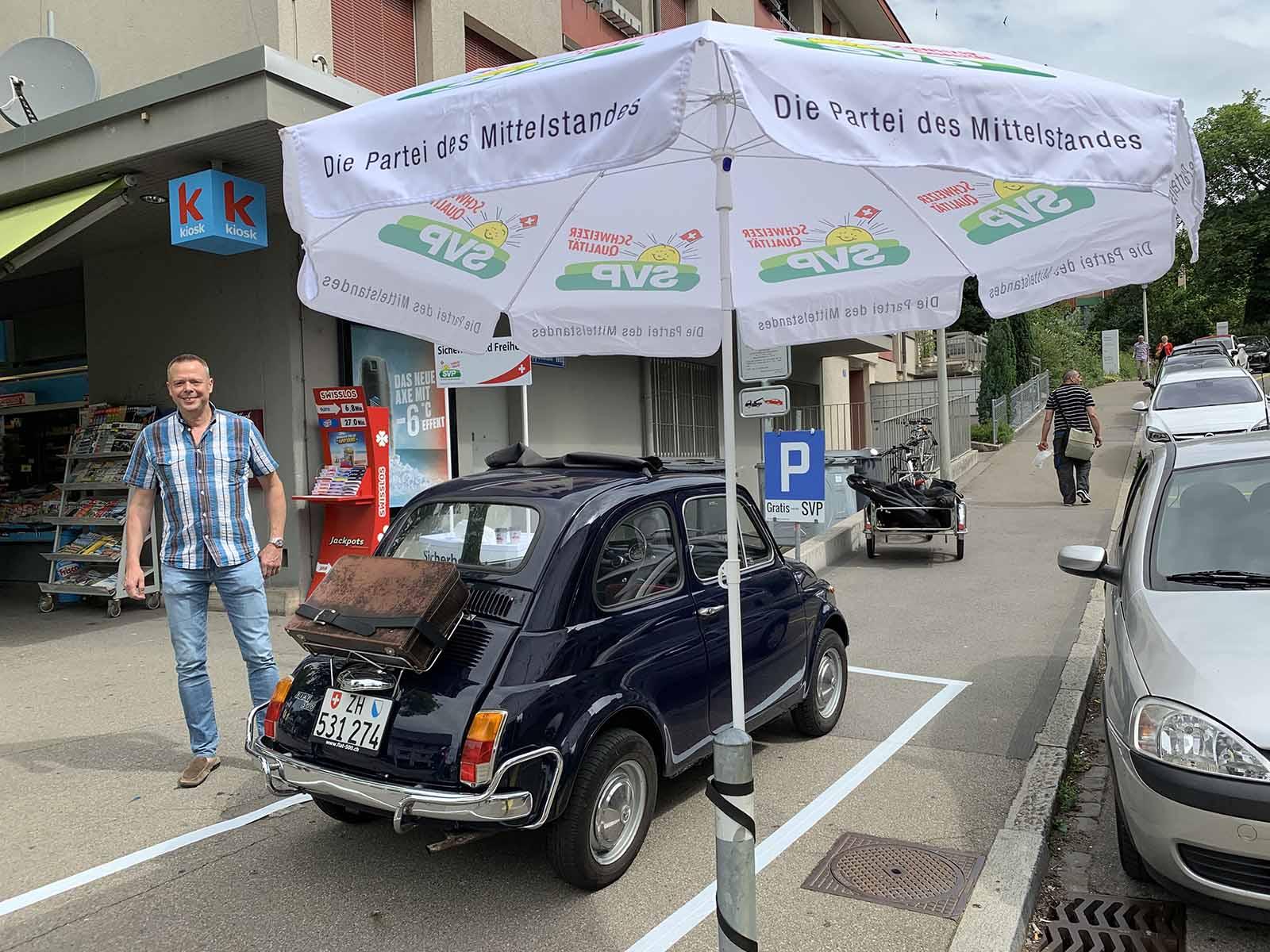 Die SVP organisierte eine von den Medien beachtete Standaktion zum Thema Parkplatzabbau.