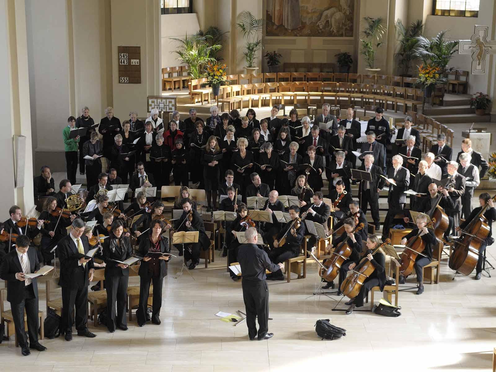 Der Cantamus-Chor probt gemeinsam mit Orchester und Solisten in der Kirche Guthirt.