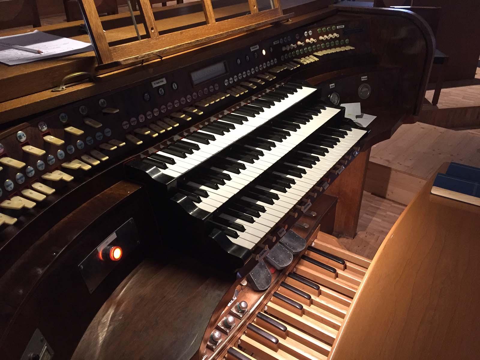 Historischer Spieltisch der Kuhn-Orgel von 1931.