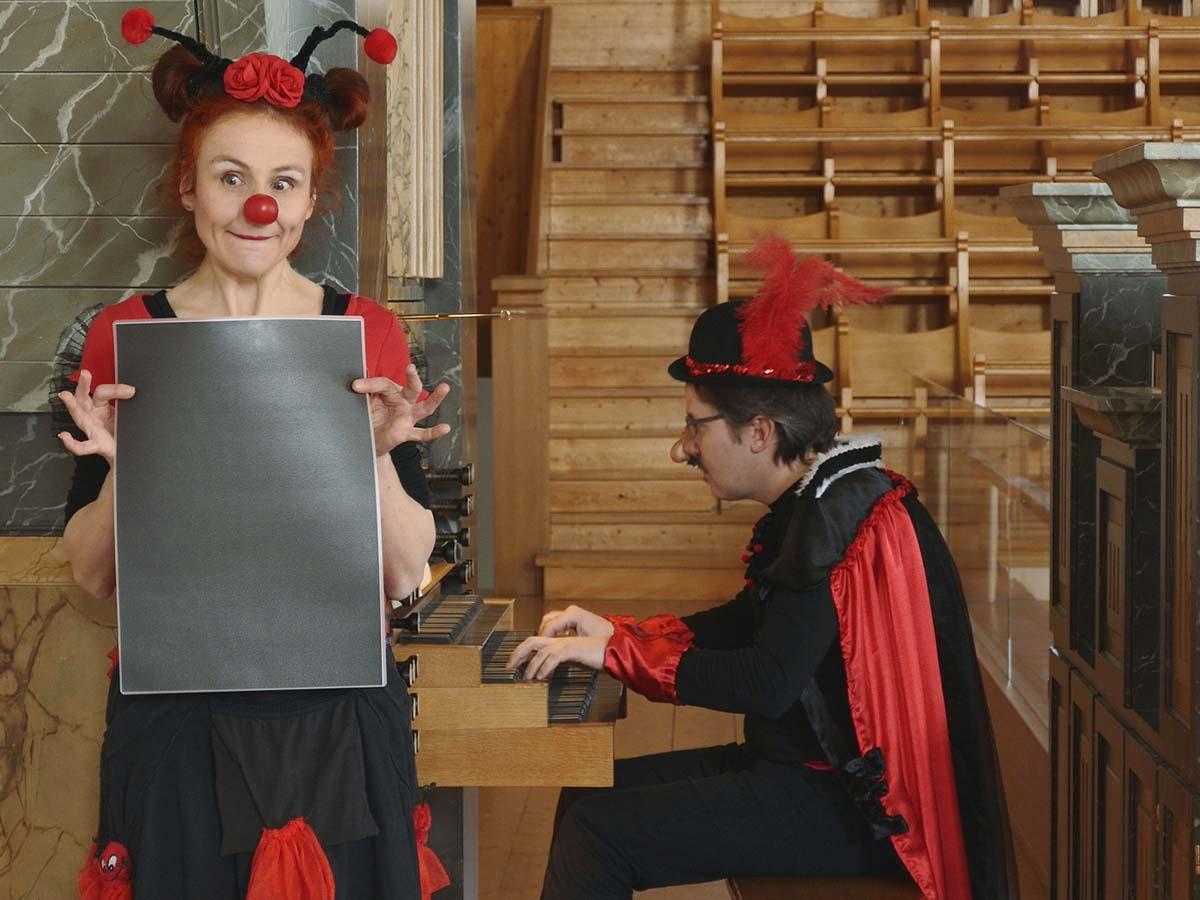 Clownin «Coccinella», alias Domenica Ammann, und an der Orgel «Cocello», alias Nicola Cittadin.