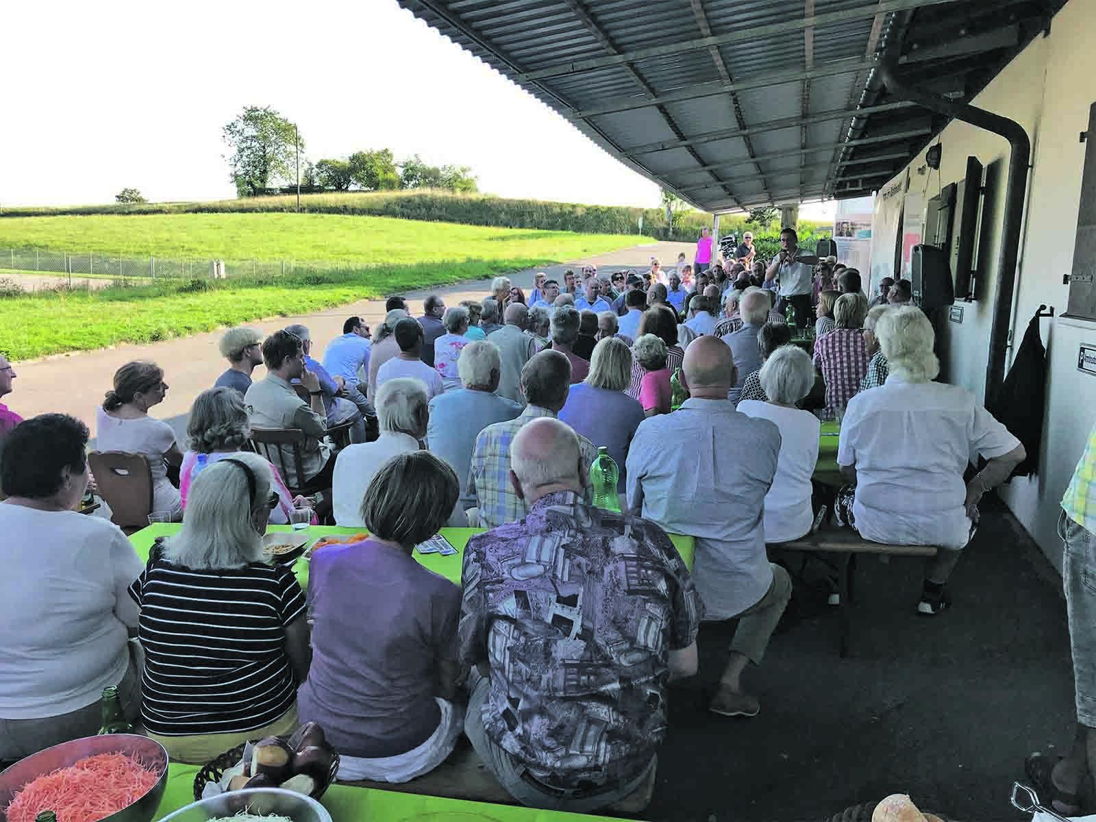 Weit über 100 Besucher lauschen den Ausführungen von Roger Köppel.