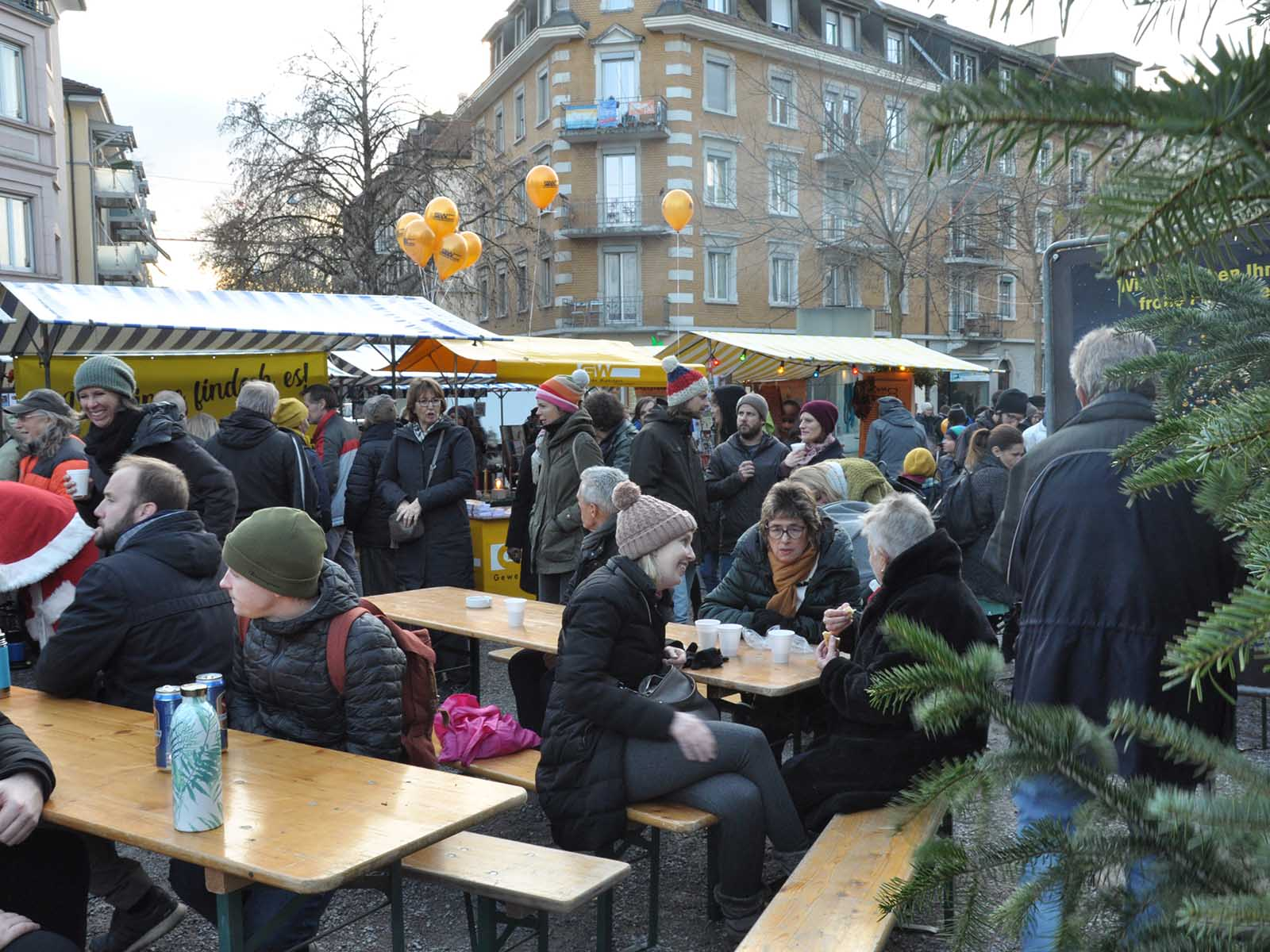 Schöne Stimmung am Weihnachtsmarkt auf dem Röschibachplatz.