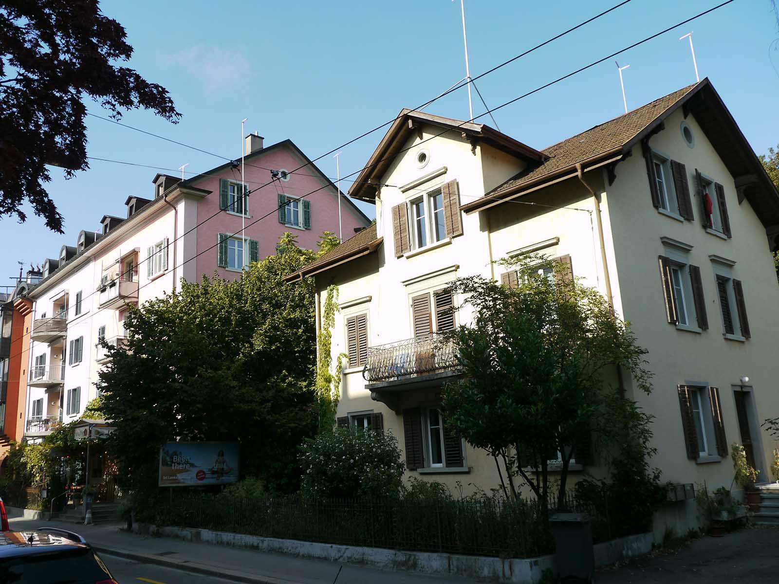 Nordstrasse 180 (rechts) und links davon das «Tre Fratelli»-Haus mit Baugespannen im Sommer 2019.