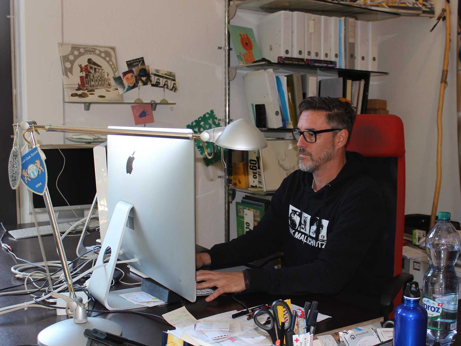 Redl in seinem Büro und Atelier in Wipkingen, unweit vom Schaffhauserplatz.