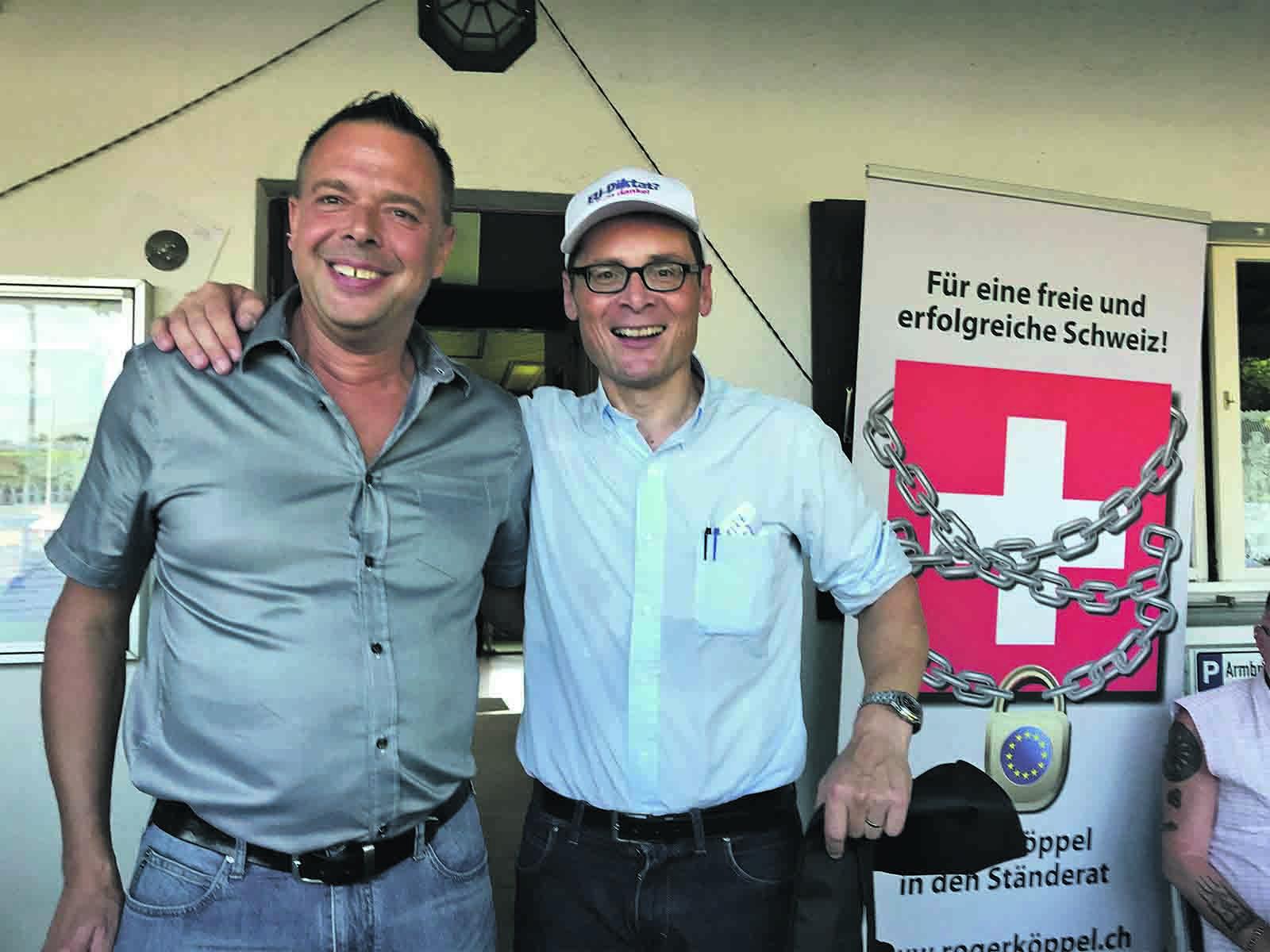 Der scheidende Gemeinderat Christoph Marty (links) mit Roger Köppel am Sommer-Grill 2019 der SVP auf dem Hönggerberg.