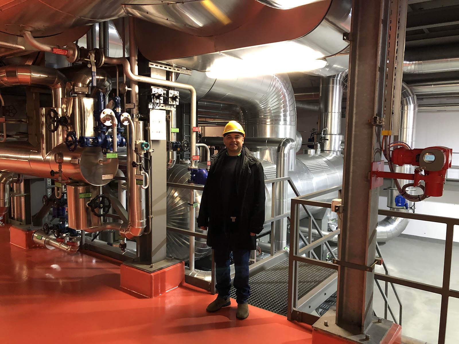 Ronny Siev, Gemeinderat GLP (Kreis 10), bei einer Besichtigung in der Kehrichtverbrennungsanlage Hagenholz.
