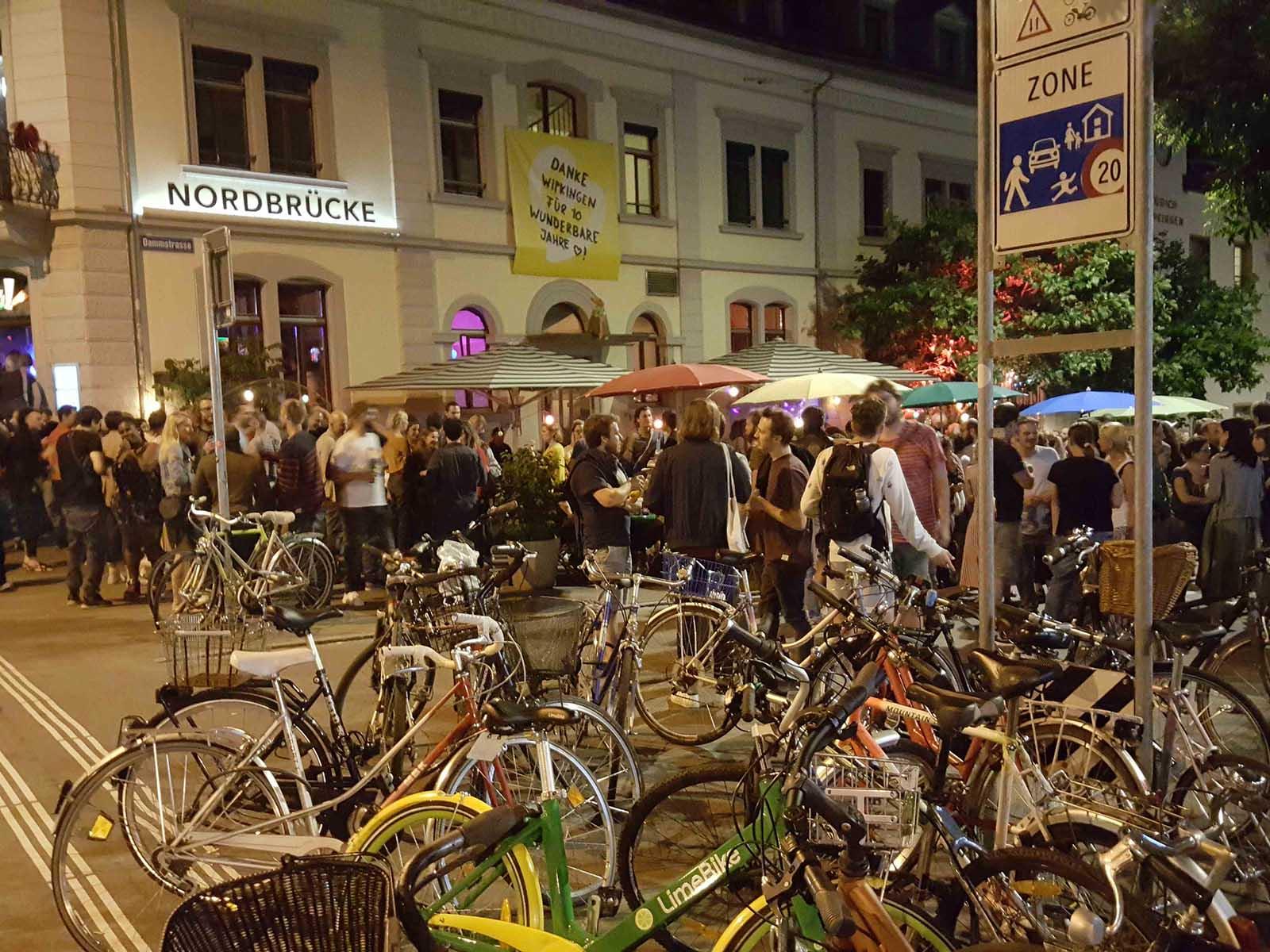 Der Röschibachplatz - das pulsierende Herz von Wipkingen