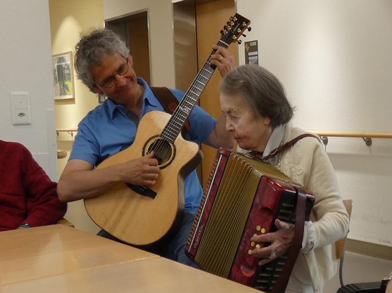 Musiktherapeut mit Bewohnerin.