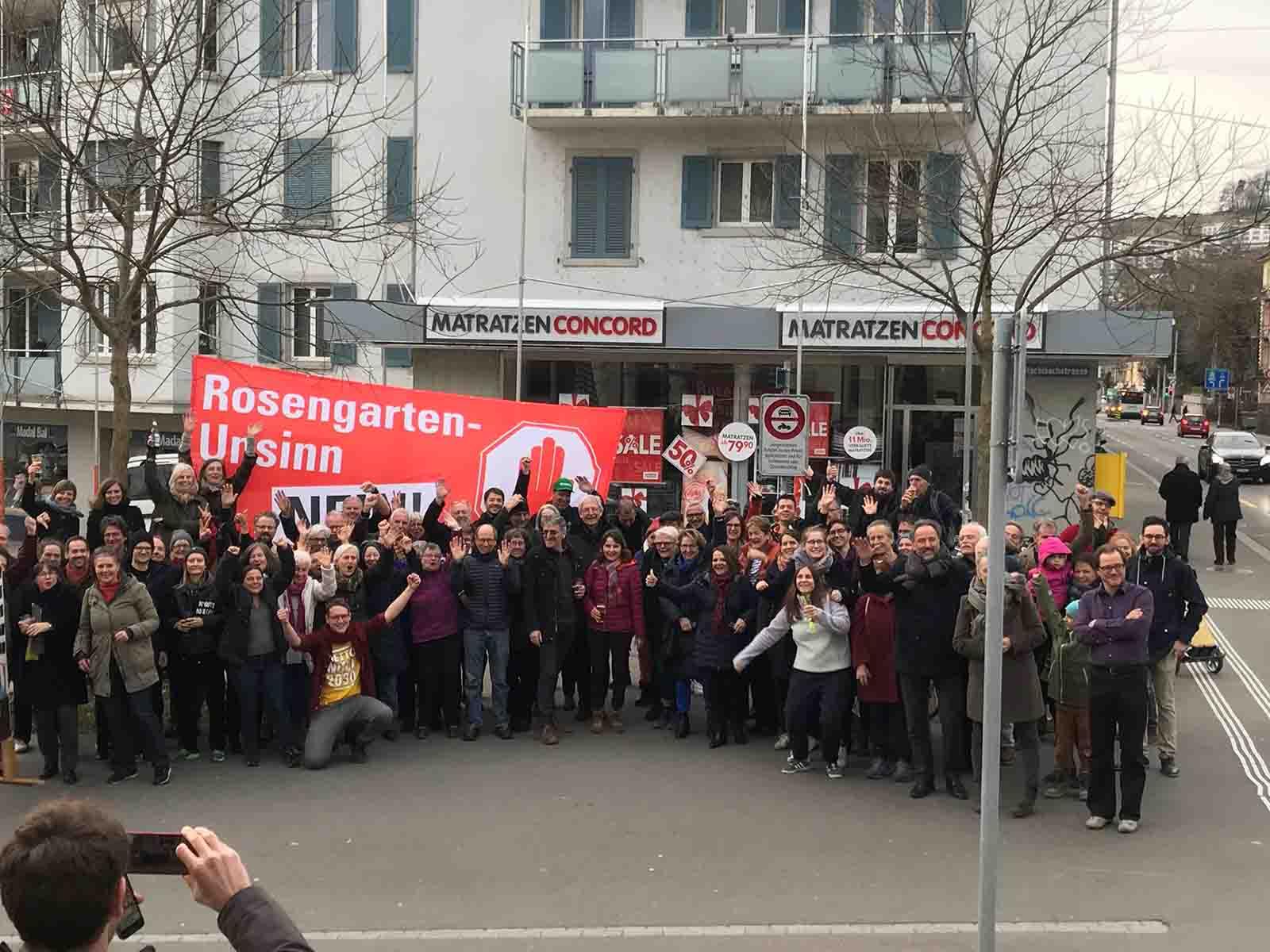 Der Erfolg hat viele Eltern und ein Zentrum: Simone Brander (Mitte) mit vielen Genossinen und Genossen von der SP 10. Dieser Sieg gehört dem Quartier, das innert kurzer Zeit so viele Menschen mobilisiert hat gegen das Rosengartenprojekt.