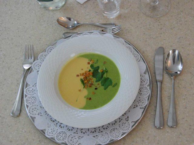 Suppe: Zweifarbige Suppe, Mais- und Kressesuppe.