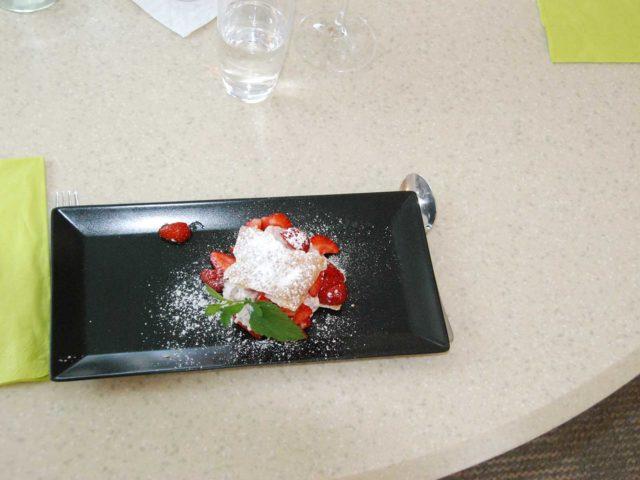 Dessert: Millefeuille mit Erdbeeren.