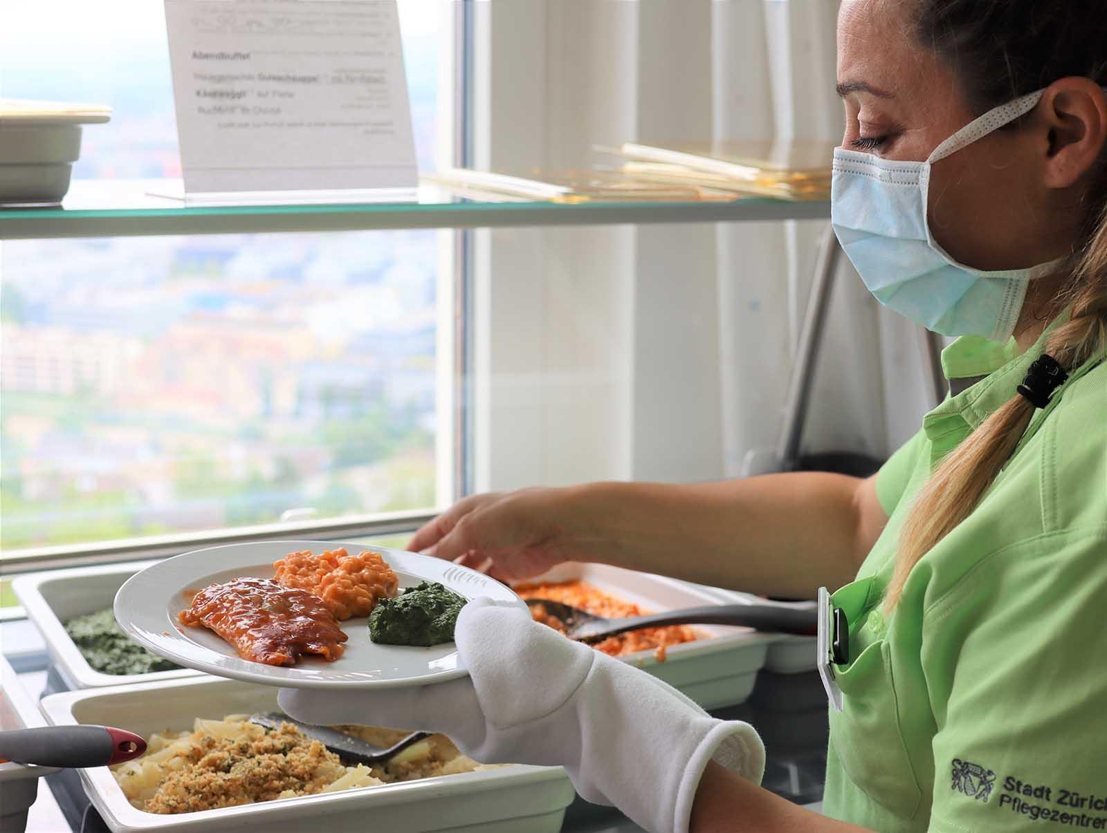 Teller anrichten - eine neue Erfahrung und Aufgabe für das Pflegepersonal.