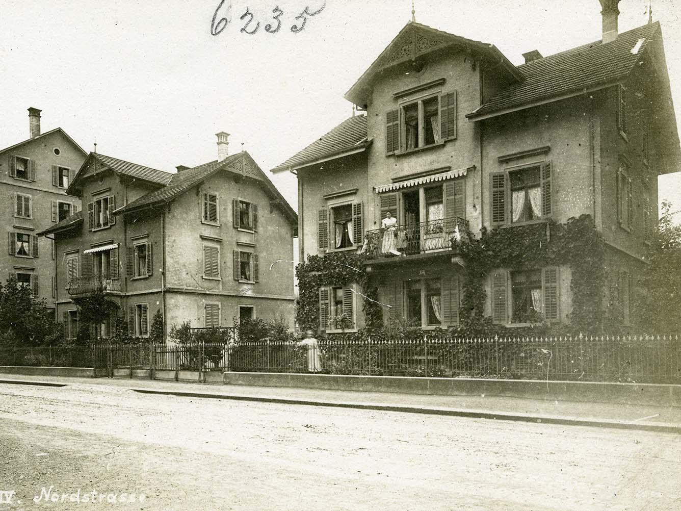 Von rechts nach links: Baumeisterhäuser Nordstrasse 174 und 180 und Mehrfamilienhaus Nordstrasse 182/186 um 1910.