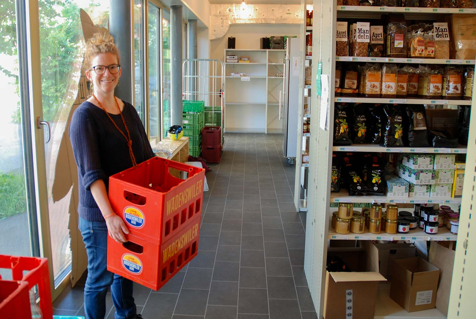 Josephine Herzig räumt im Quartierdepot Bier ins Regal: seit Anfang Jahr können Mitglieder hier 24 Stunden am Tag und 7 Tage die Woche nachhaltig einkaufen.