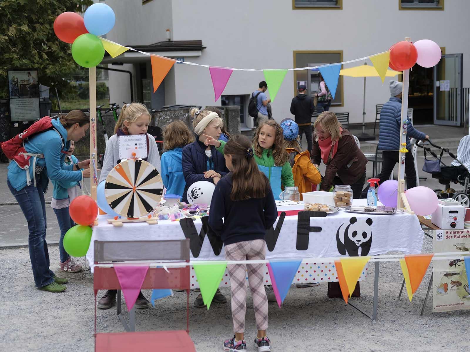 Spenden sammeln für Tier und Umwelt: Initiantin Lara (9 Jahre) mit ihren Freundinnen Emily, Maëlle, Greta, Lina, Clara und Paula mit ihrem Stand auf dem Frischwarenmarkt in Wipkingen.