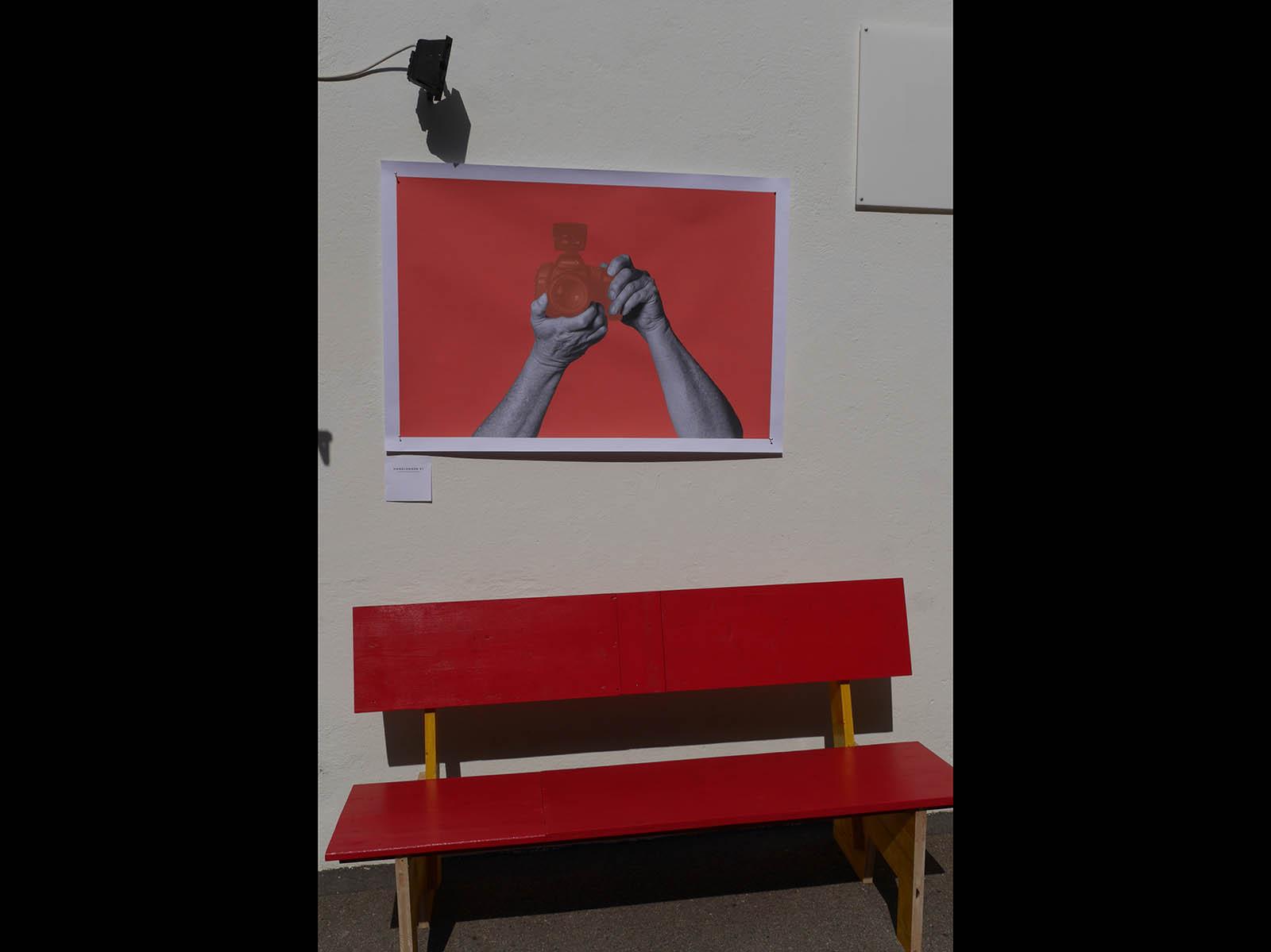 Unter dem Werk von Thomas Krempke: «Das bequemste Bänkli» – ein Projekt von Lukas Kurmann und Nelly Rodriguez.