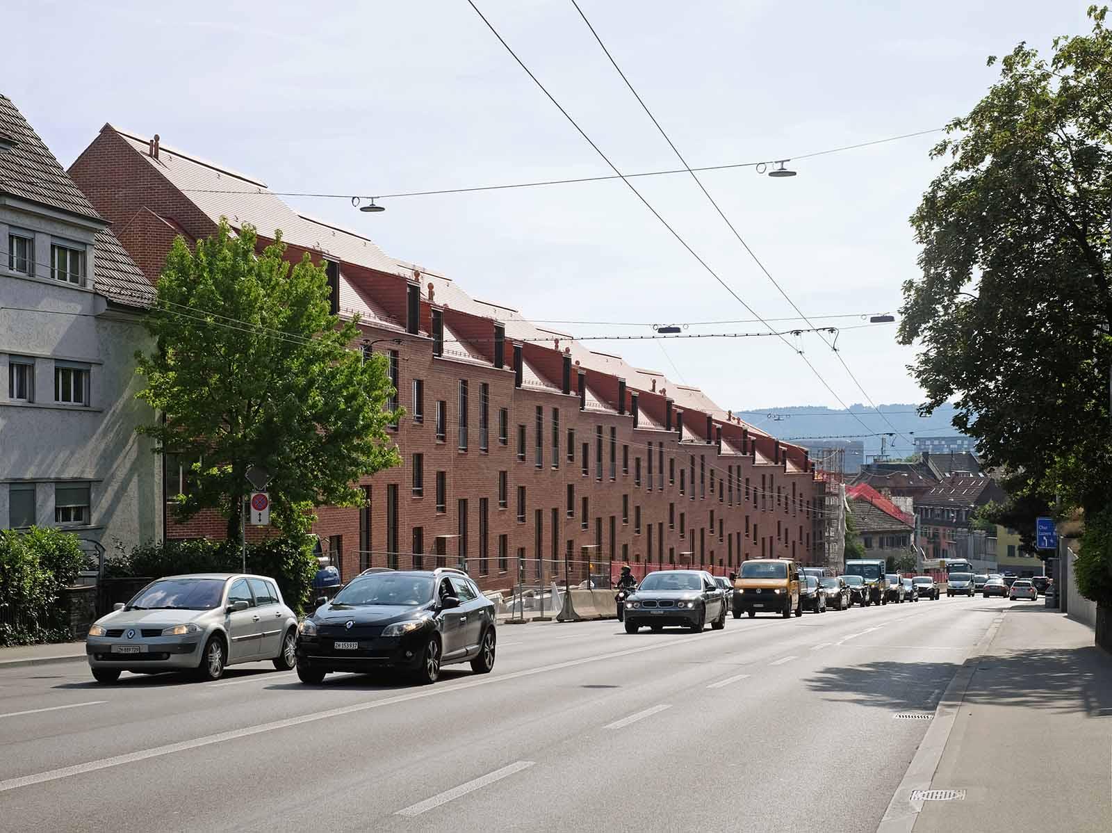Der Bau passt sich der Rosengartenstrasse an.