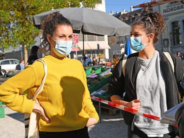 Tina (links) und Mona entschleunigen auf dem Markt.
