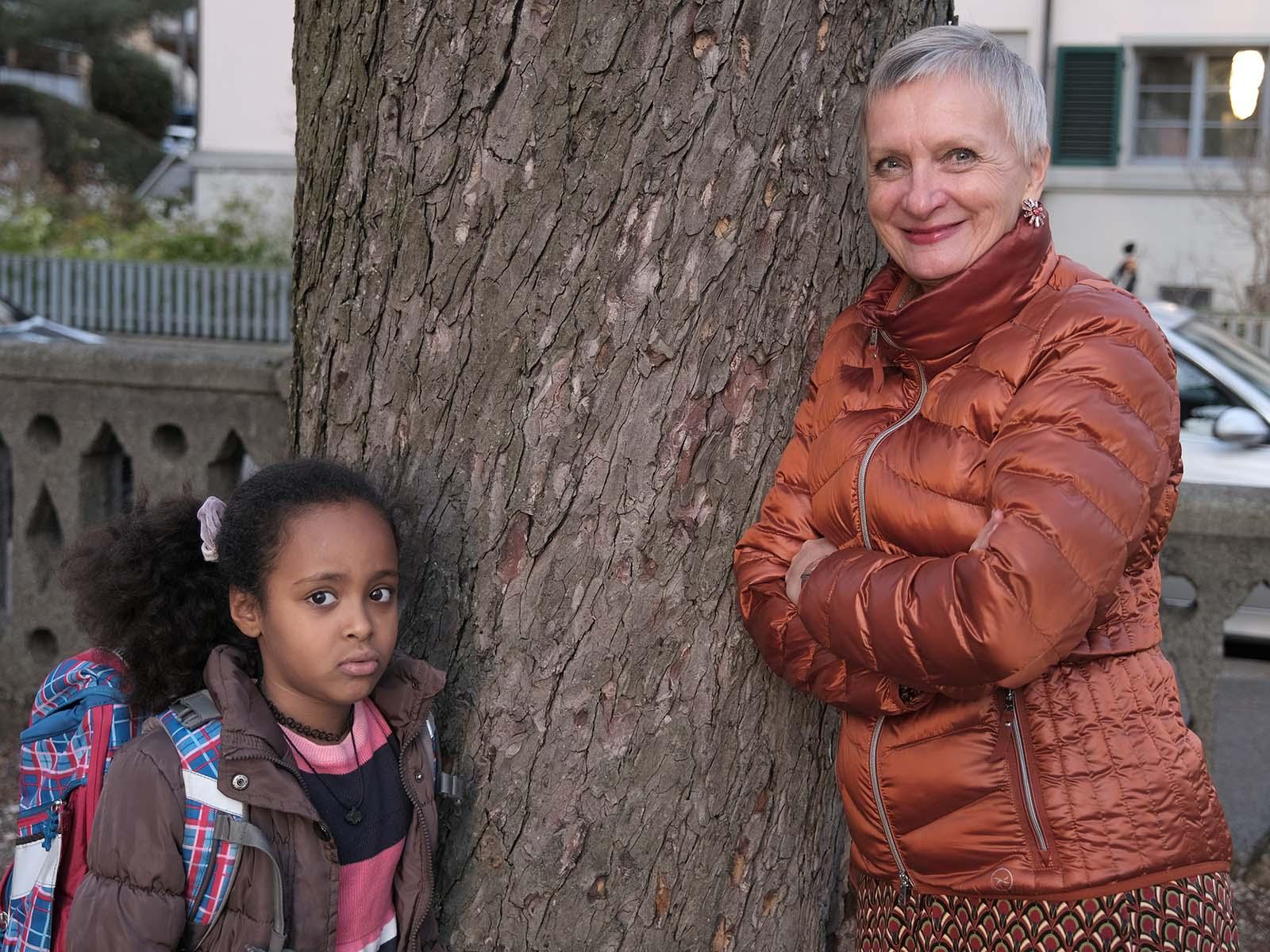Renate unterstützt die quirlige Naemi jede Woche bei den Hausaufgaben.