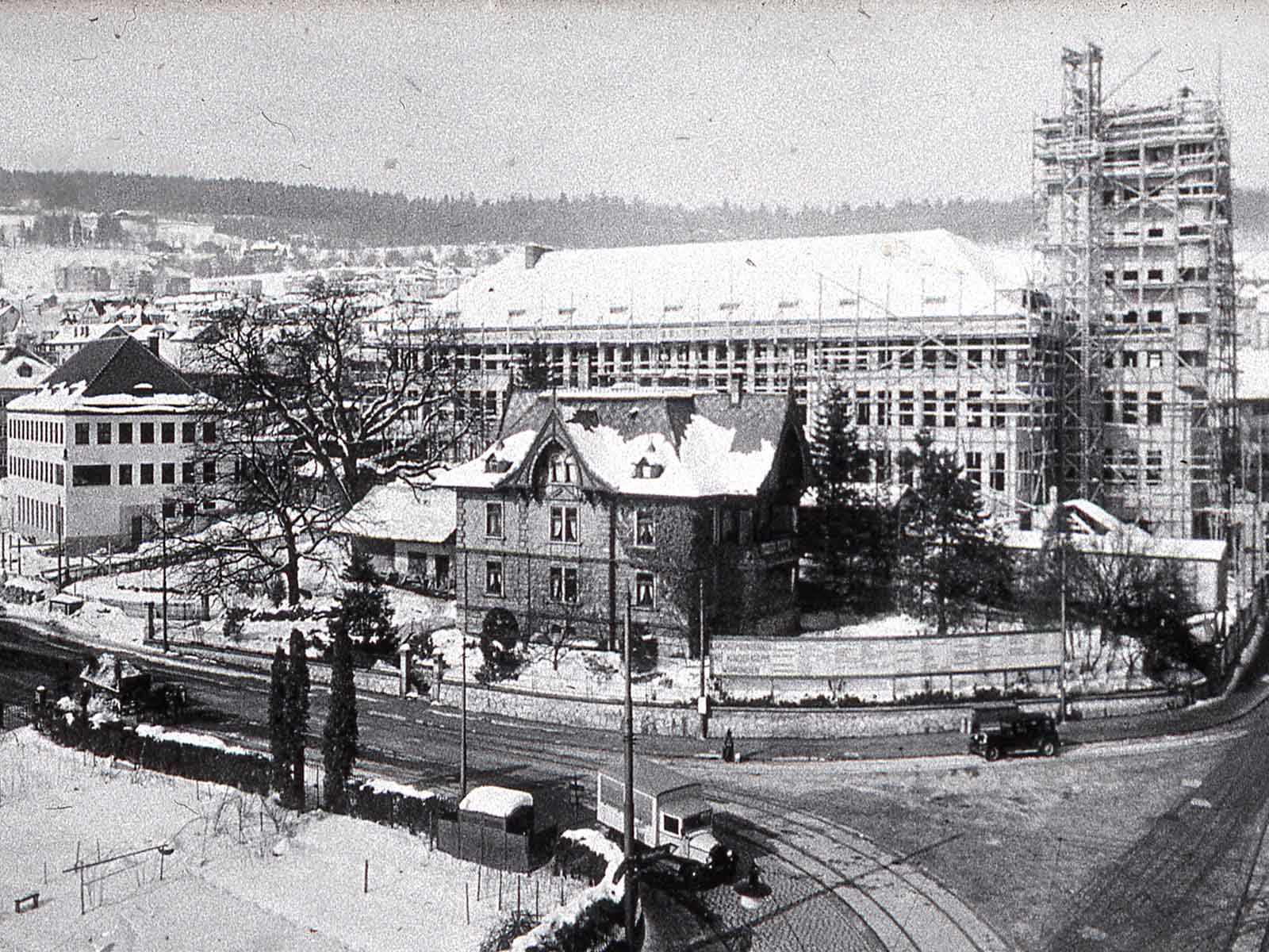 Der alte und neue Kehlhof (links) vor dem eingerüsteten Kirchgemein- dehaus, März 1931.