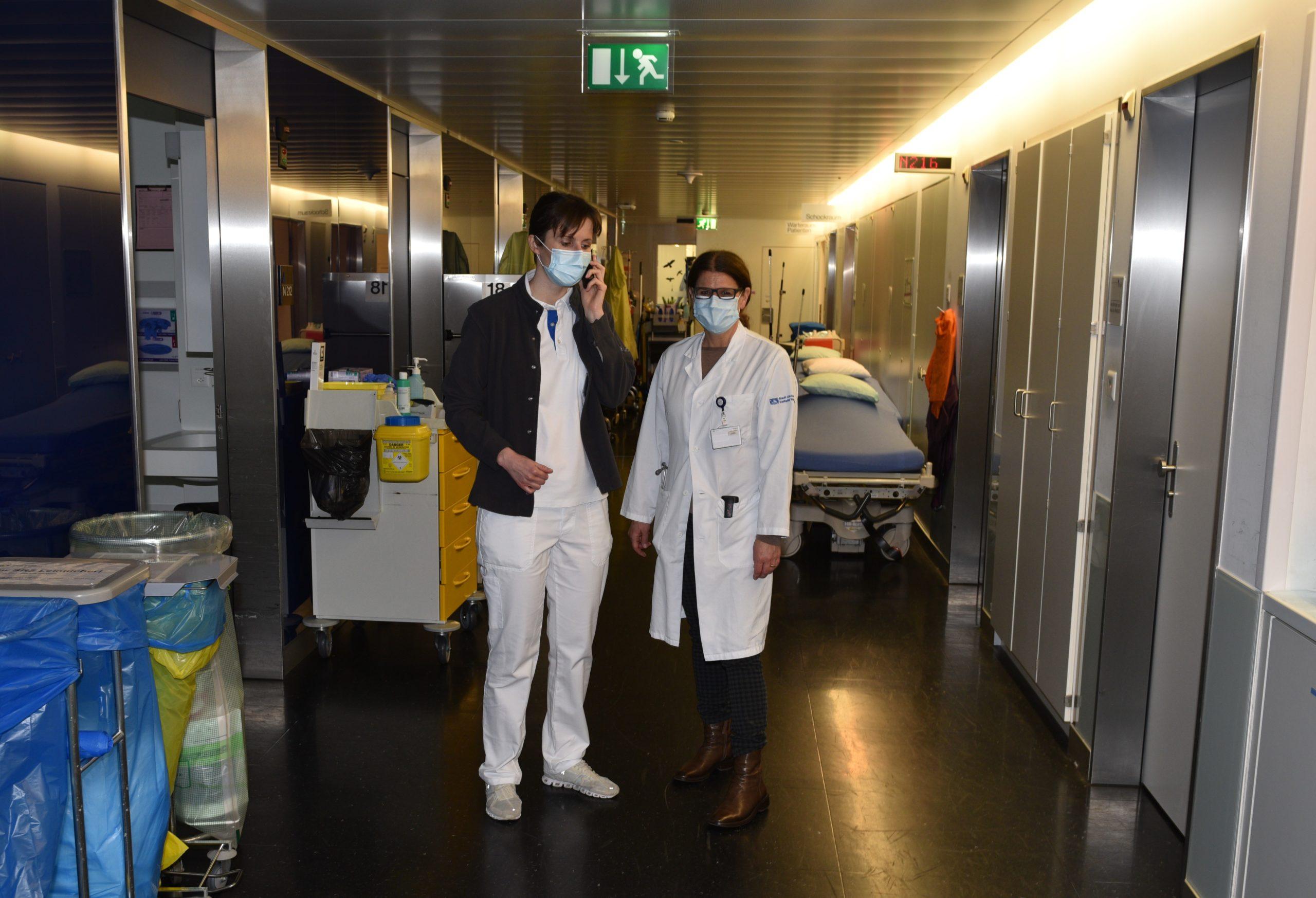 Notfallzentrum Waid: Kardiologin Dr. Stefanie Boll (l.) und Dr. Elisabeth Weber, Chefärztin Innere Medizin, starten in den Tag.
