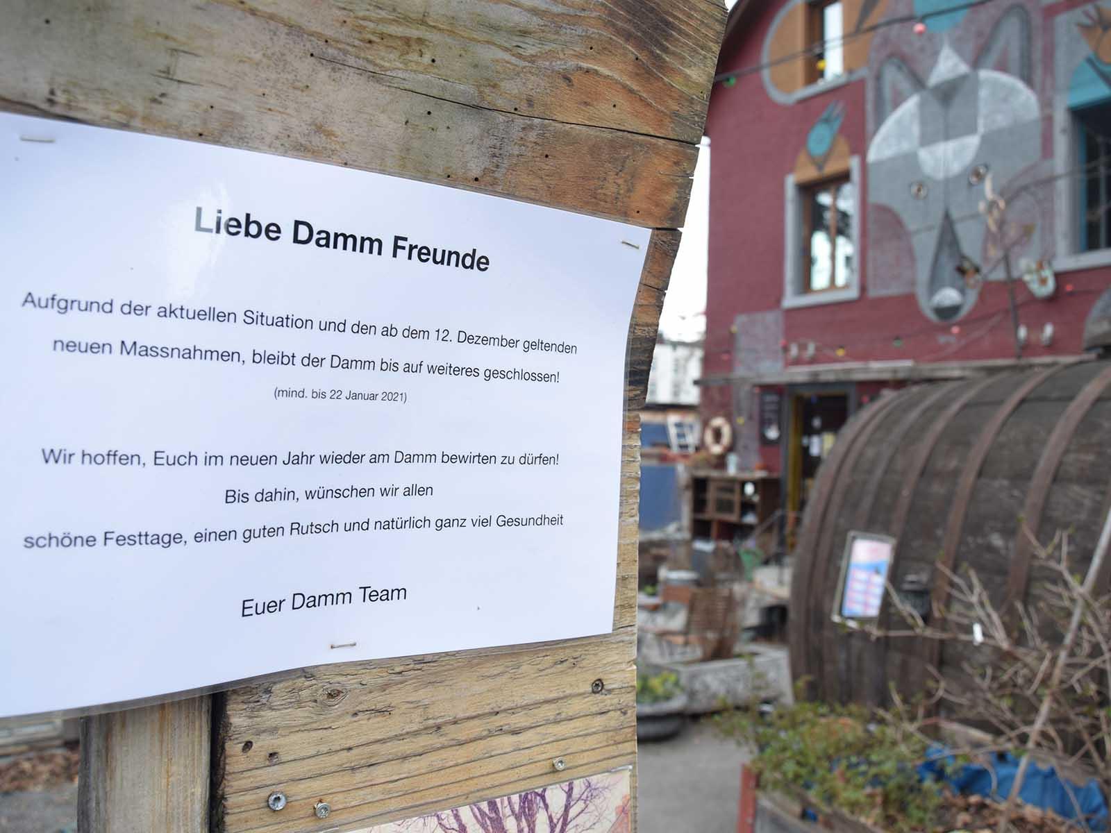 Mit einer kleinen Botschaft wendet sich die geschlossene Dammbar seit dem 12. Dezember an die «Damm-Freunde».