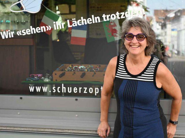 Bleibt optimistisch: Barbara Schürz vor ihrem Optikergeschäft.