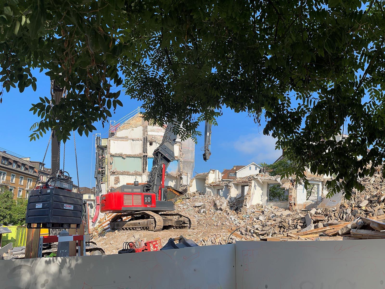 Die Baustellenwände auf dem Röschibachplatz werden nach und nach in Kunstwände verwandelt.