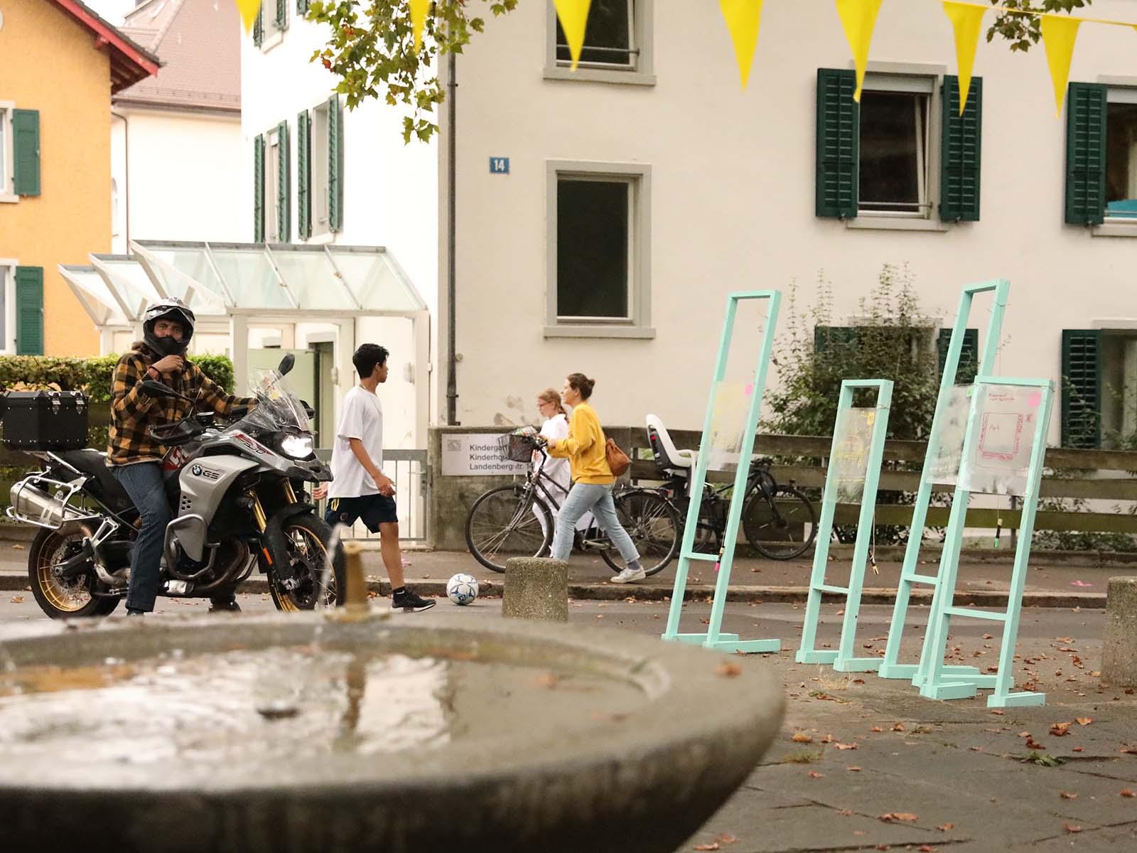 Welche Anforderungen haben die Anwohner*innen an bereits bestehende Begegnungszonen? Dies wurde im Rahmen des Pilotprojekts «Begegnen, bewegen, belegen in Quartieren von Bern und Zürich» am Beispiel um den Landebergpark eruiert.