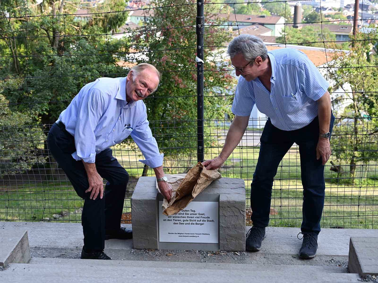 Ehrenpräsident Alex Meier (links) und sein Vorstandsnachfolger Alt-Stadtrat Andres Türler enthüllen den Stein und weihen so die Aussichtstreppe offiziell ein.